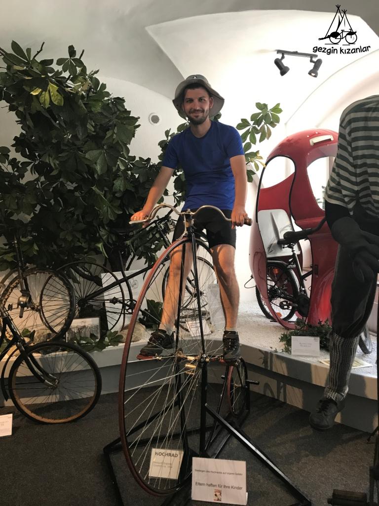 Müzede Bisiklet Üzerinde
