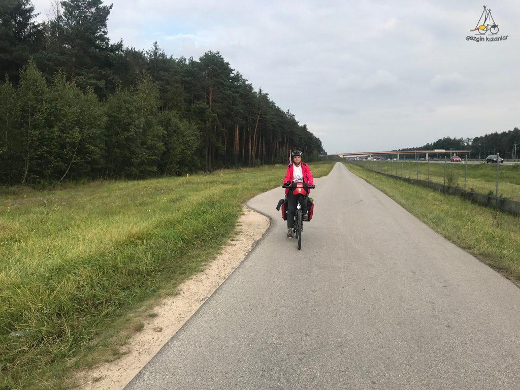 otoban-kenarinda-bisiklet-yolu